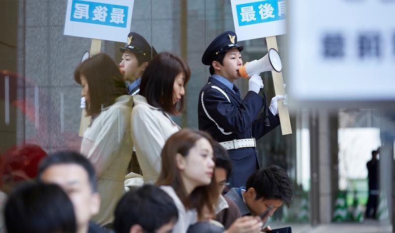 渋谷区で人気アイドルグループのグッズ購入列の並び代行