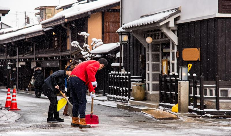 玄関先と駐車場の雪かき